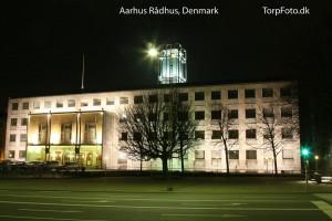 Aarhus Rådhus med lyset tændt