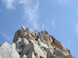 Det var ikke nemt at Klatre i bjergstøvler og med rygsæk når man ikke havde klatret før. Slutteligt skulle vi bestige Arete Cosmiques. ca. 250 m. OP OP OP... en klatre bliver redet af bjerget inden vi begynder. Yderligere to flyves væk mens vi er på klippen.
