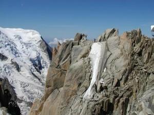 Arete Cosmique. og fra den anden side. en klatrer står på isstykket.