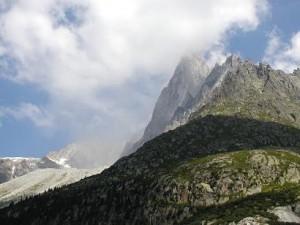 Det grå støv under skyen kommer fra klippestykker der er faldet ned fra toppen. det så vi meget af.
